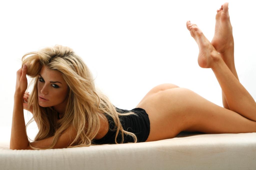 Elle liberachi nude apologise, but