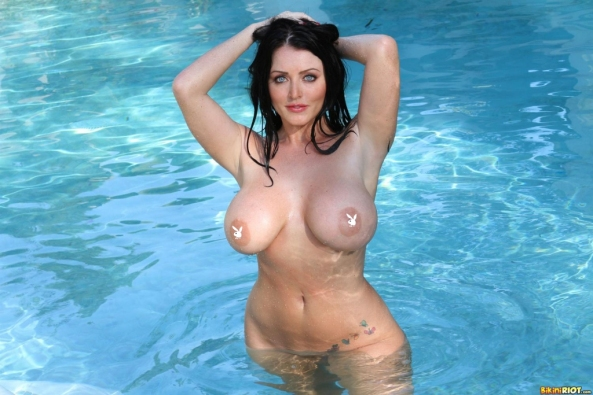 sophie-dee-drops-bikini-flaunts-big-tits-and-ass15