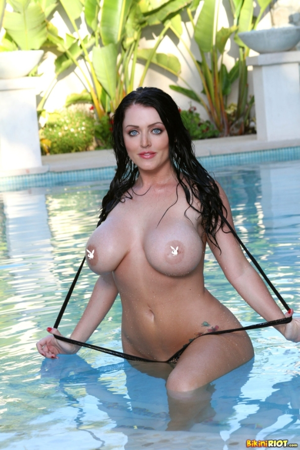 sophie-dee-drops-bikini-flaunts-big-tits-and-ass3